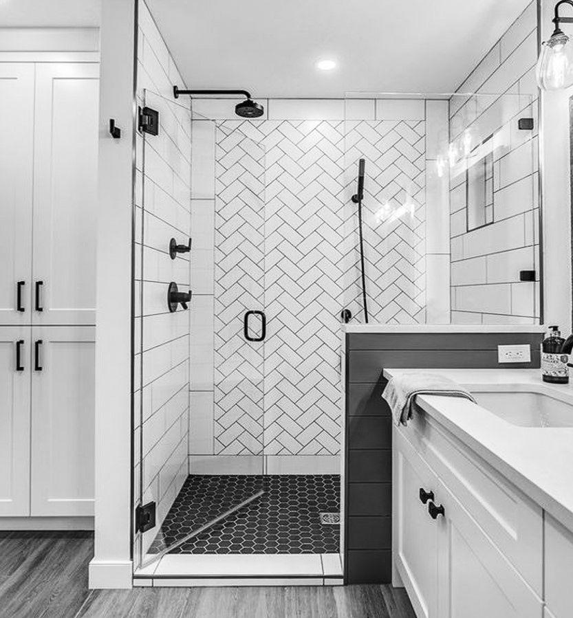 Salles De Bains Blouissantes De Blanc Noir Et Or Salledebainsvanitenoire Bathroom Design Luxury Bathroom Design Bathroom Remodel Designs