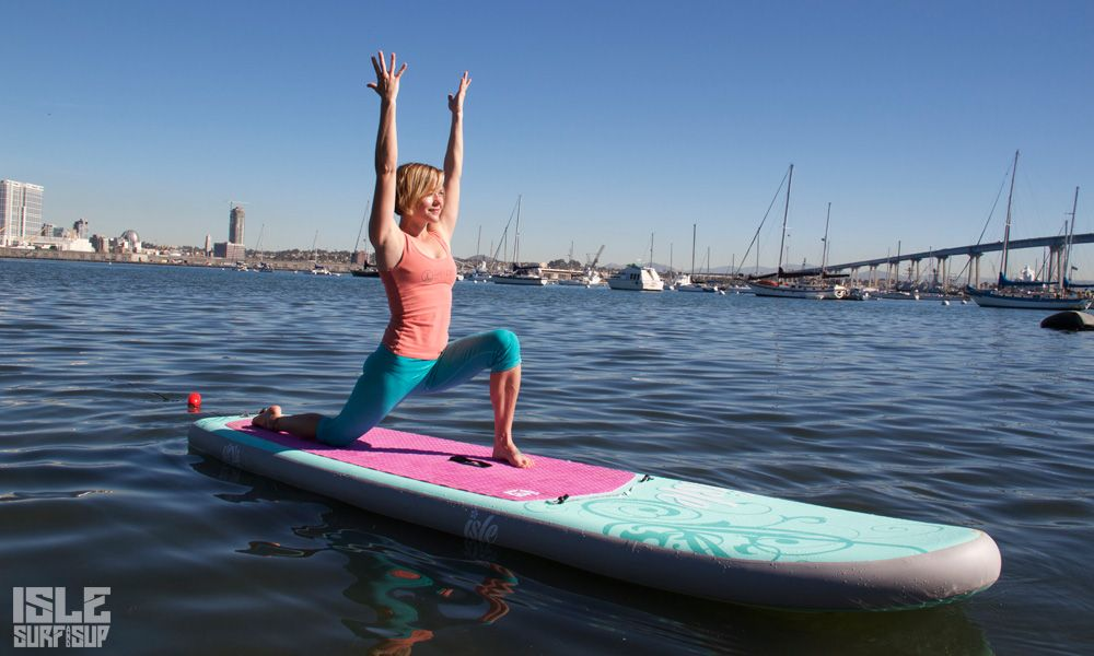 Paddle Surf Yoga pose de la luna creciente