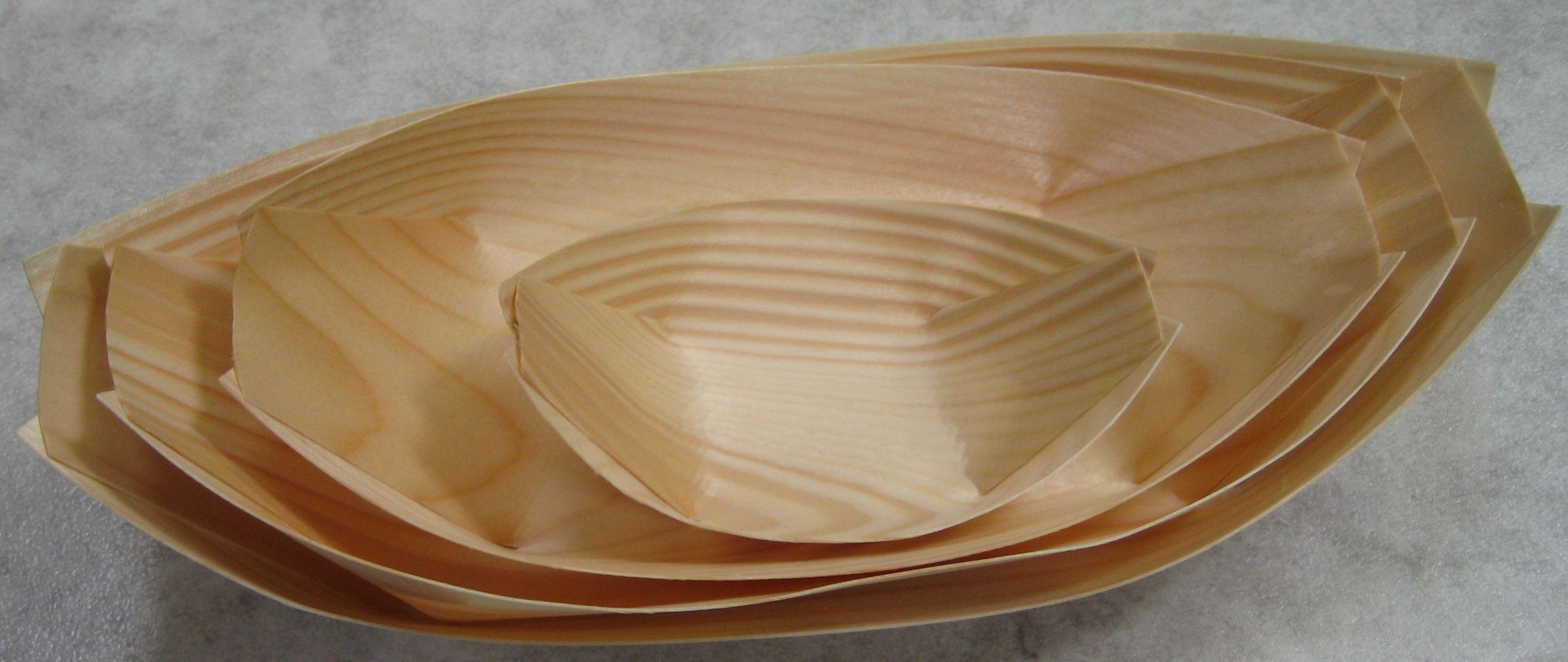 Tynde serveringsskibe i træ. Produktet er rent dvs. helt fri for overfladebehandling..