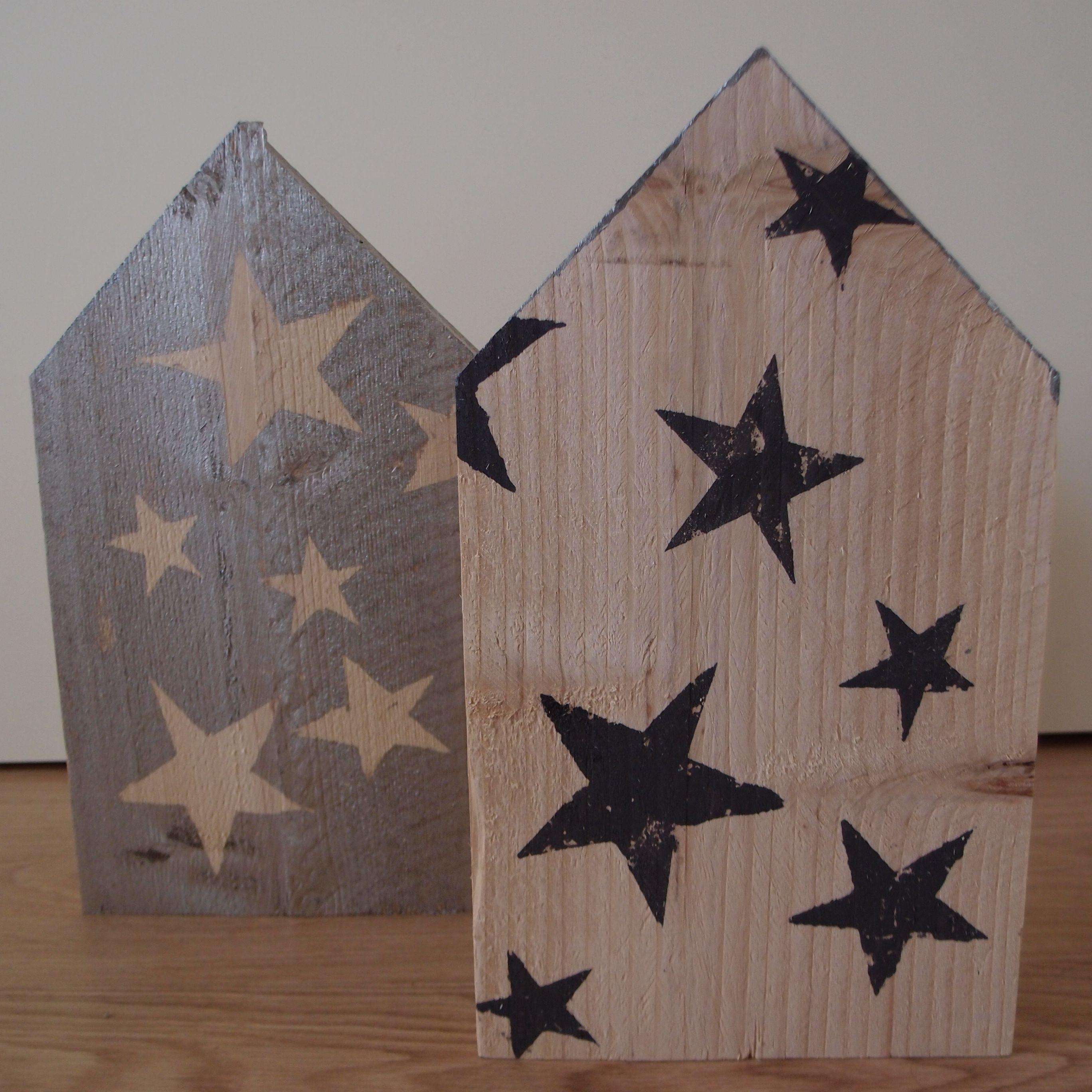 2 decoratieve steigerhouten huizen die rechtop kunnen worden neergezet. Beschilderd met behulp van stervormige  sjablonen. Mede mogelijk gemaakt door de Karwei. Gemaakt door Marleen van de Kraats