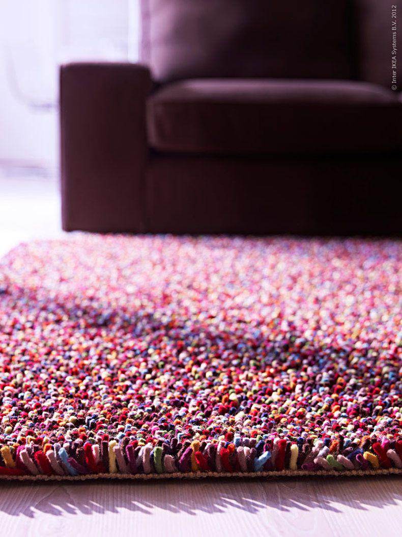 Som en färgexplosion bjuder ÖRSTED matta både ögon och fötter på en skön pixelpromenad. Zoomar du in nära så är mattan uppbyggd av hela 14 färger i 100% ren ull med slitstark jute som bas. Och precis som en TV-bild blir intrycket på lite håll ett högupplöst färgskimmer till din soffa!