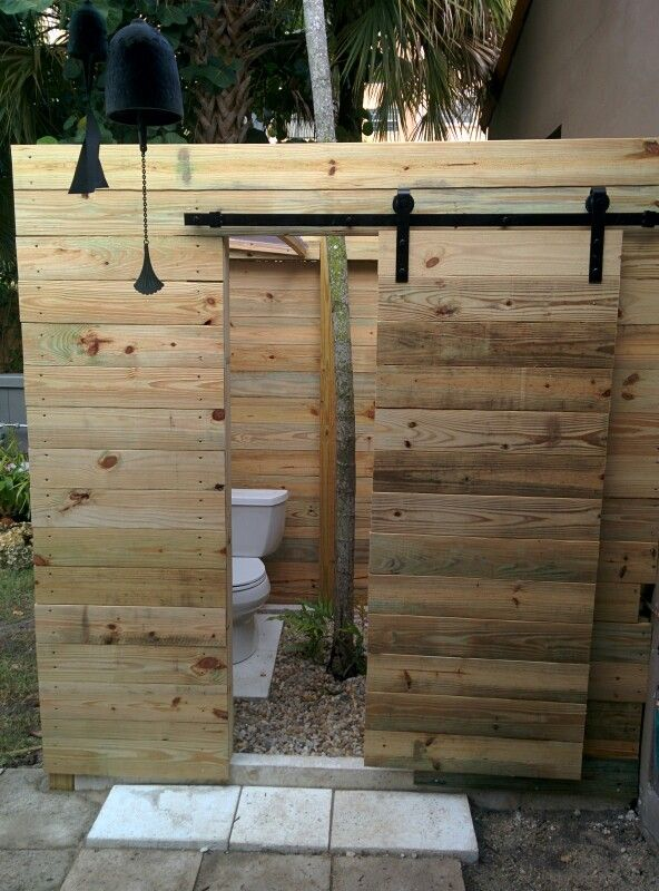 Outhouse barn doors   Wooden pallet projects, Pallet, Barn ...