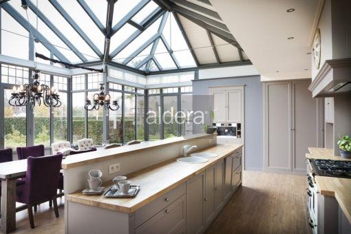 Veranda aluminium met keuken in verwerkt baden in licht veranda