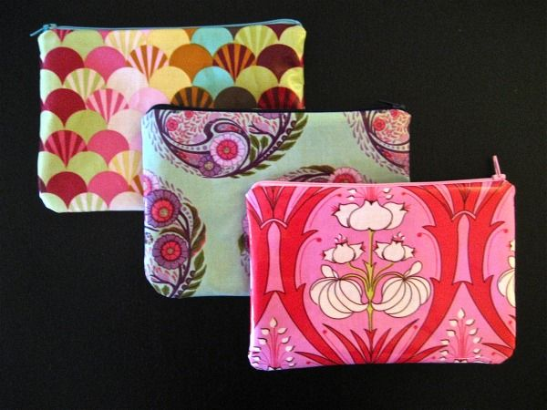 A tutorial to make a zippered pouch from oil cloth. | to make ...