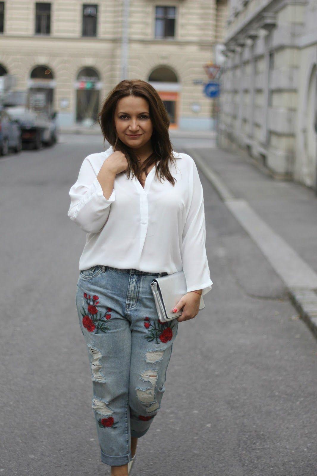 Springoutfit: bestickte Mom-Jeans, weiße Bluse plus silber