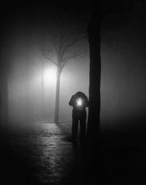 Sabine Weiss/ Homme allumant une cigarette, Paris, 1951-1952