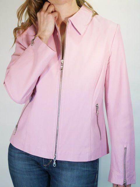 Cazadora de piel de manga larga en rosa pastel con cierre de cremallera. Tiene bolsillos laterales y cremalleras en los puños. Colección Reestreno. www.zsazsazsu.es #2ndhand