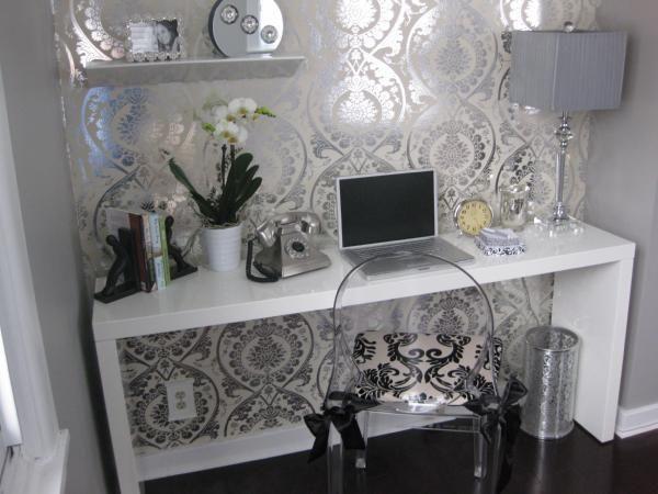 Un papel pintado en plata y blanco con dibujos barrocos dise os ideas y mucho m s - Muebles pintados en plata ...
