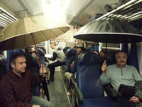 Piove in treno, pendolari aprono ombrelli  https://www.facebook.com/pages/Strano-ma-Weird/648689748578307   Piove nel vagone e una pendolare pubblica le foto su fb. &#8220