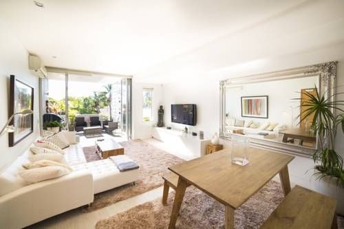 Bellevue Hill Designer - A Bondi Beach Holiday Home Sydney Located in the heart of Bellevue Hill, Bellevue #2 is a just a 5-minute drive from the famous Bondi Beach. This spacious apartment features free WiFi and a shared rooftop garden with views of the Sydney city skyline.