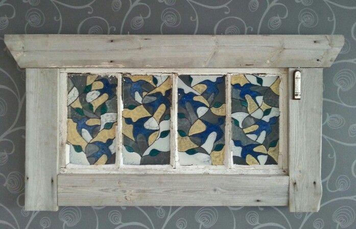 lasiväreillä maalatut linnut, kehykset vanhoista verstaan seinälaudoista.
