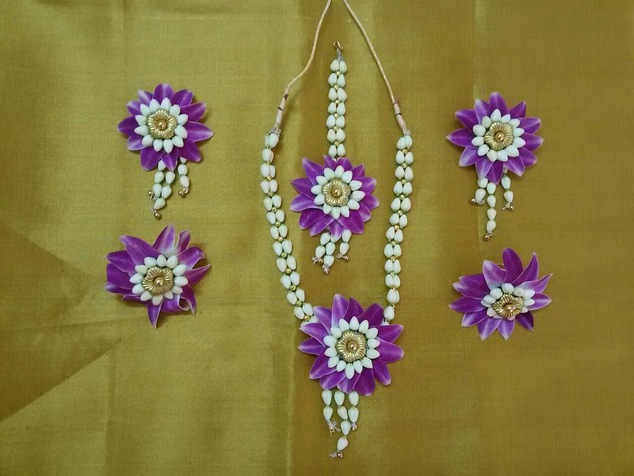 Orchid Flower Jewellery Set By Jyothika Patil Raichur Flower Jewellery For Mehndi Flower Jewellery Floral Jewellery