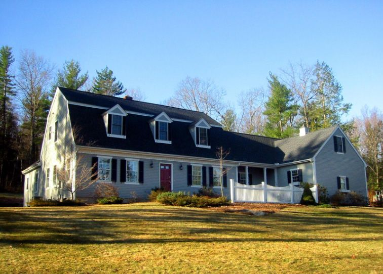 20 Examples Of Homes With Gambrel Roofs Photo Examples Cottage Plan Cottage House Plans Cottage House Designs
