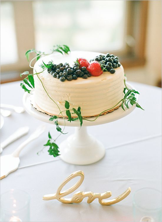 wedding cake with berries #weddingcake @weddingchicks
