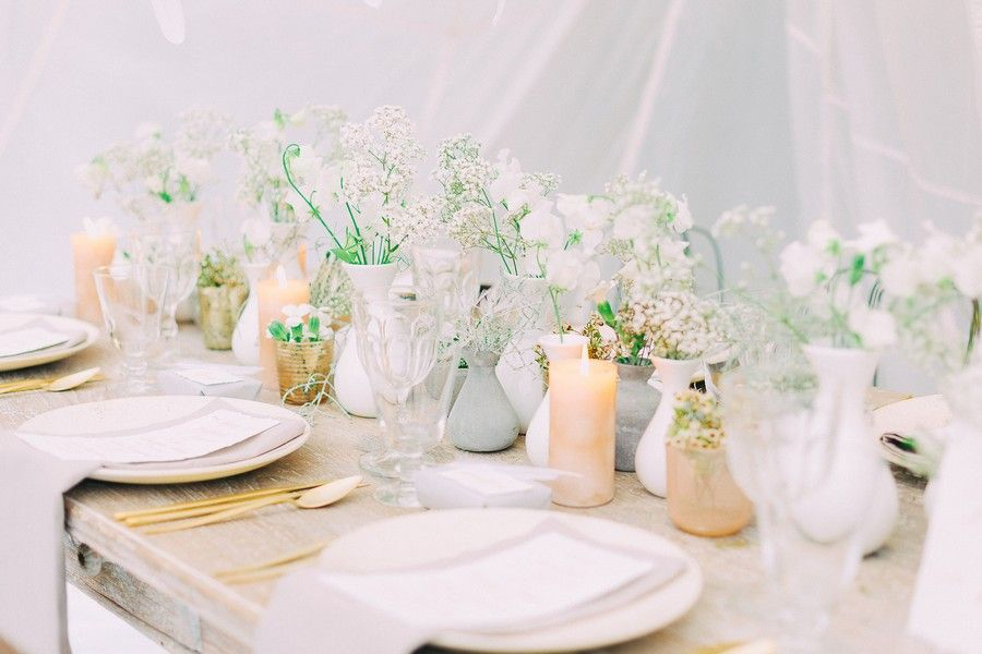tischdeko f r eine hochzeit in wei gold grau und beige mit federn tischdeko wedding. Black Bedroom Furniture Sets. Home Design Ideas