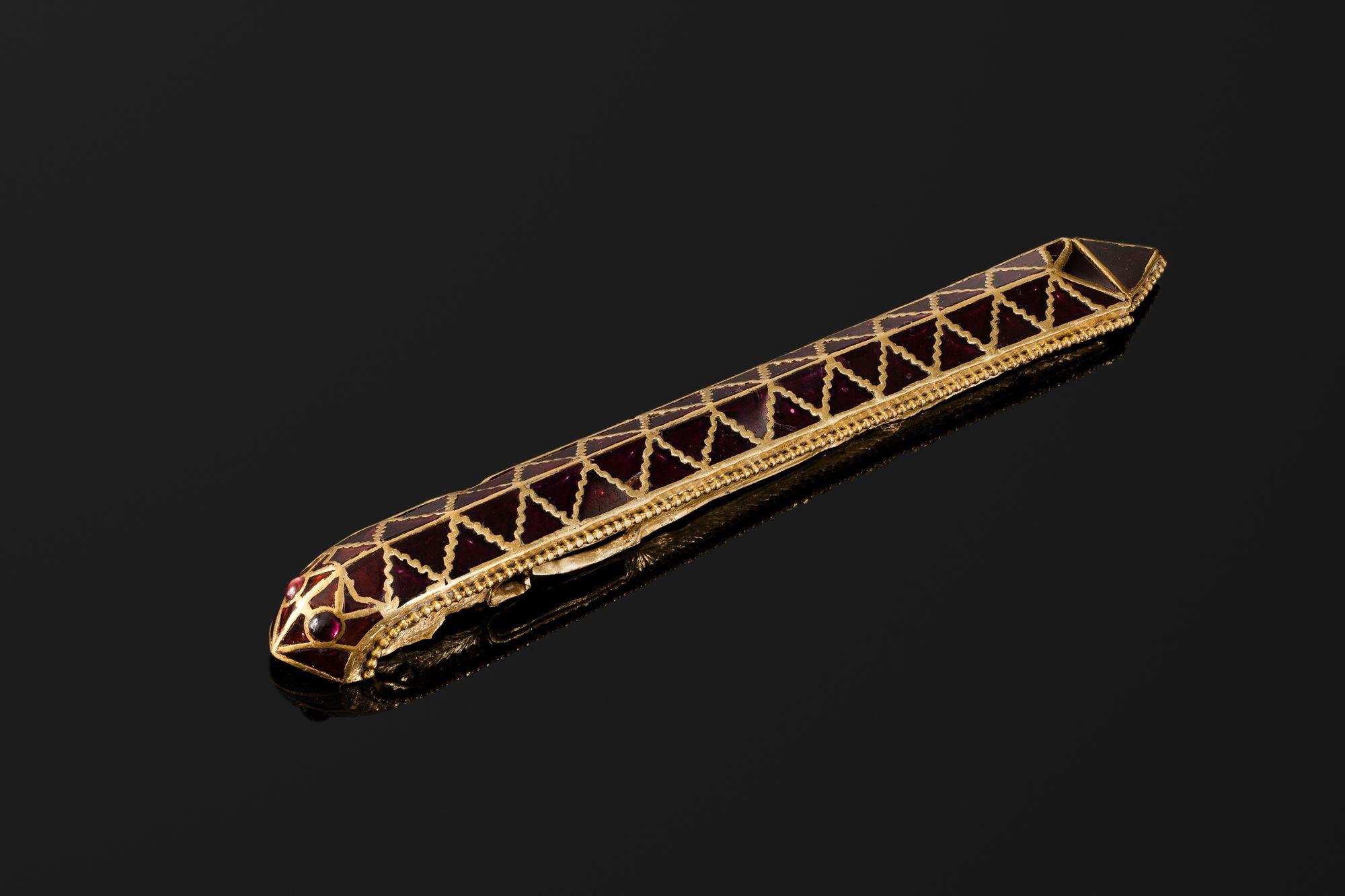 Скоба для подвешивания ножен. Золото, гранаты. 18х2 см. V в.
