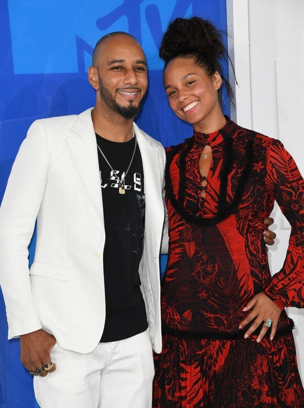 Singer Alicia Keys attended the VMAs on Sunday looking absolutely amazing, and without a trace of makeup on her face.