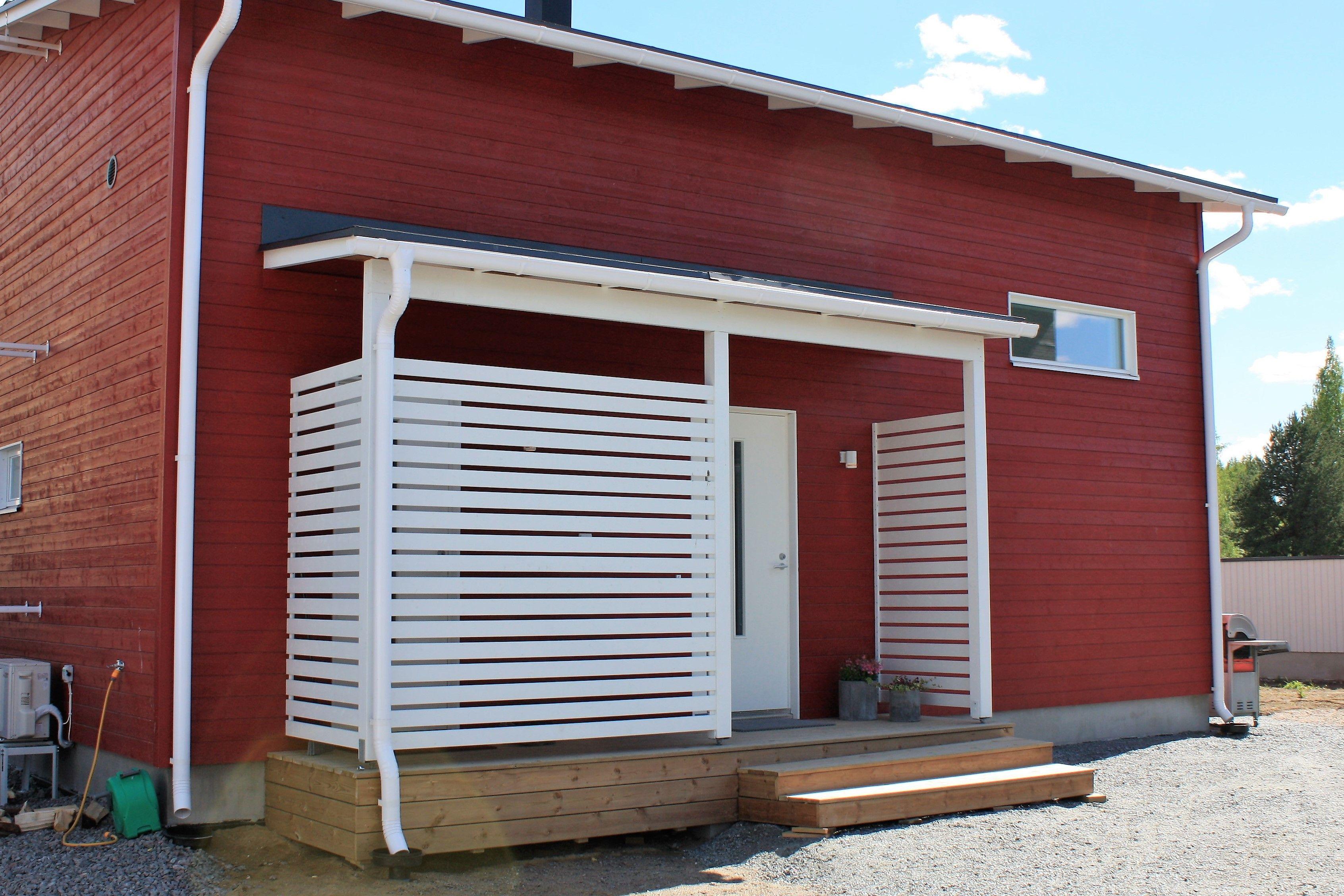 Valkoinen ja punainen on hyvin toisiinsa sopiva väriyhdistelmä. Nurkkalaudat ovat punaiset, jotta valkoista ei kuitenkaan olisi liikaa ja värimaailma pysyisi selkeänä. Ikkunanpielet, ovenpielet ja terassin laudoitus luovat kuitenkin hyvää kontrastia punaiseen pääväriin.