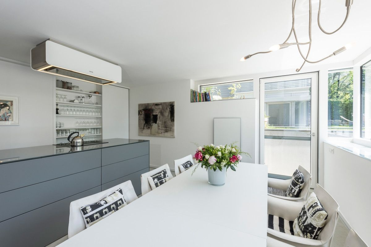 Moderne offene Küche mit Kochinsel und Esstisch - Inneneinrichtung ...