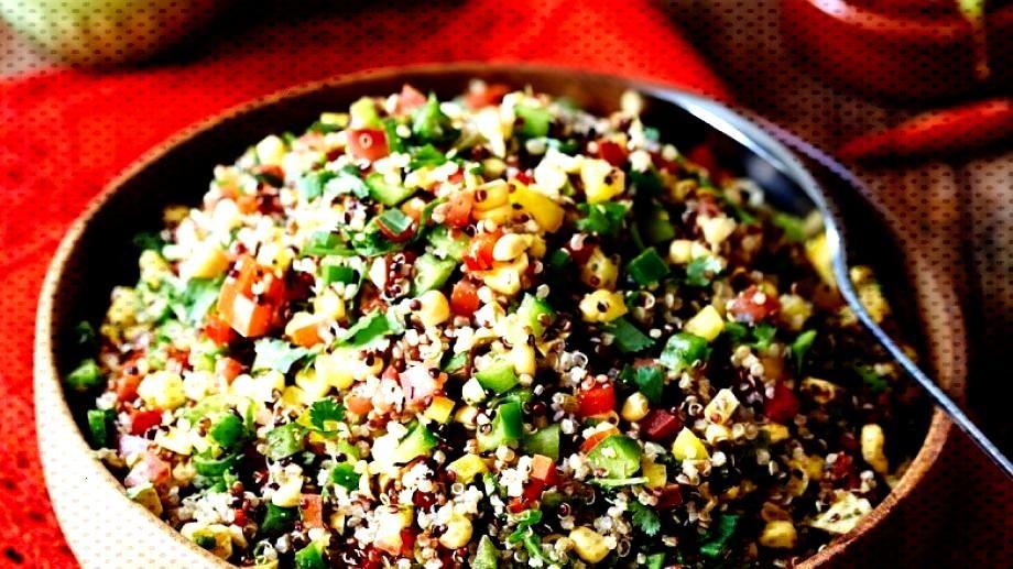 Quinoa Gemüsesalat - Der Salat aus dem Pseudokorn, viel frischem Gemüse und Koriander ist angene