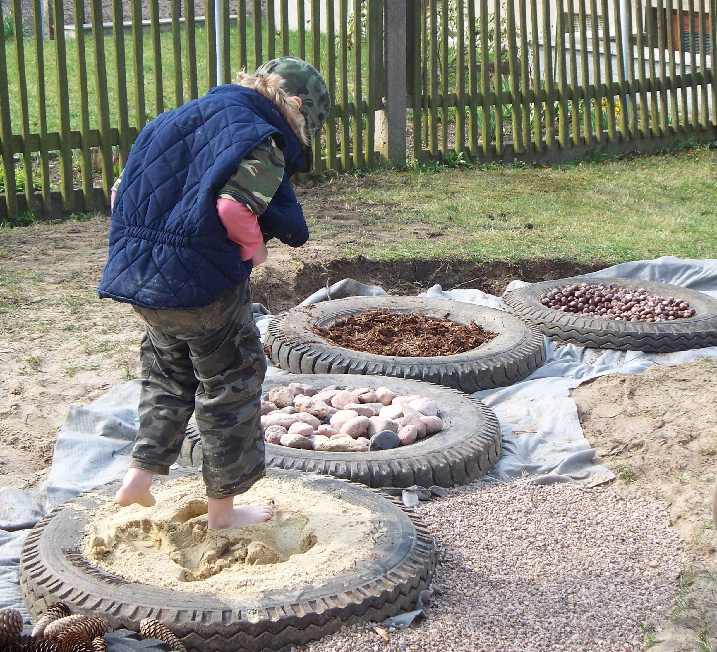 Barfusspfad - Fühlparcour | Kreative Ideen Arbeit | Pinterest ... Sandkasten Selber Bauen Ideen Tipps Garten Kinder Spiel