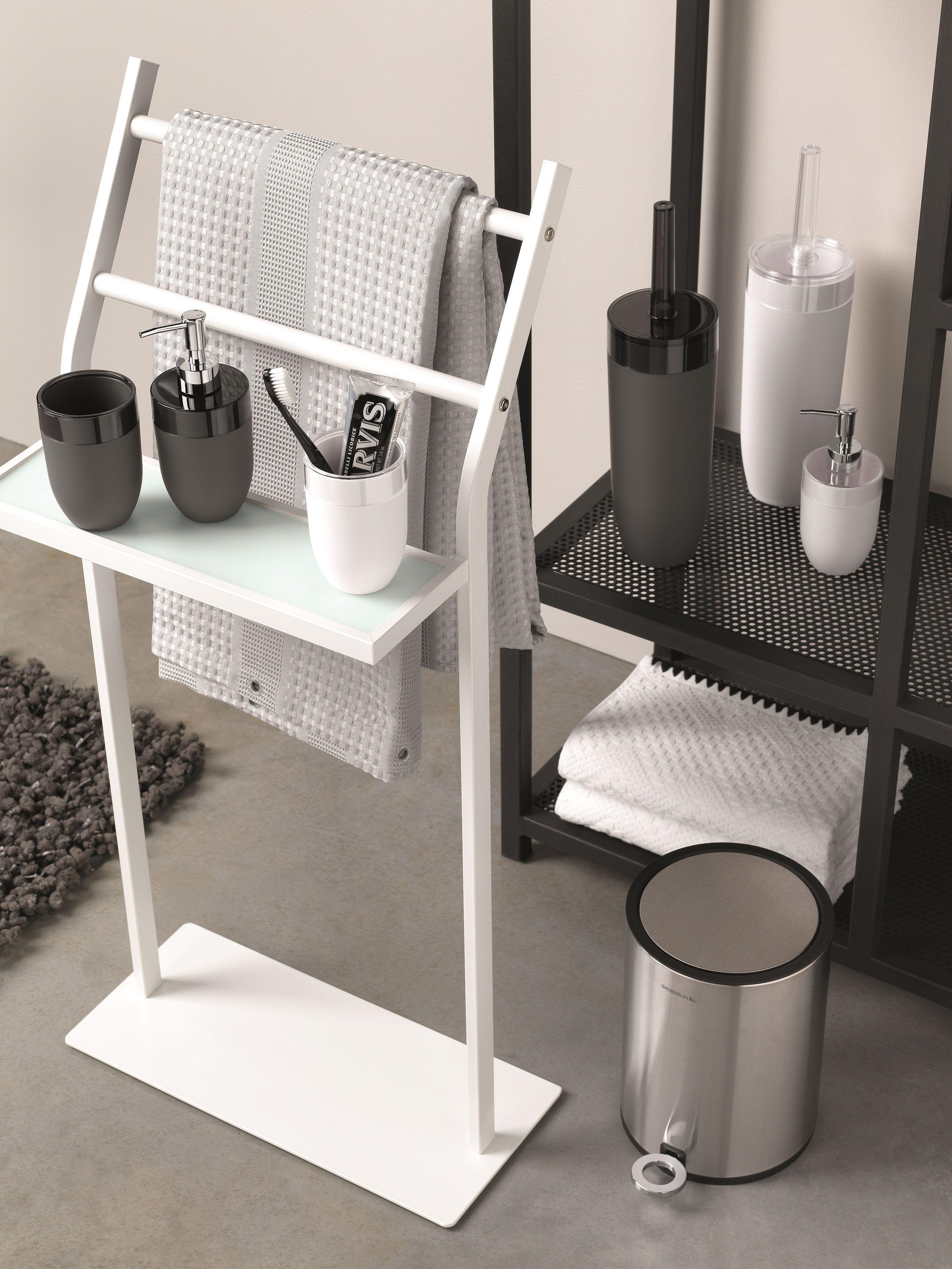 Stijlvolle zwart en witte accessoires voor inde badkamer. Zeeppompje ...