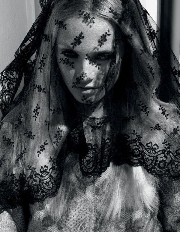Bruden bar svart Vogue Nippon augusti 2008 Fotograf: Camilla Åkrans Modell: Anna Maria Jagodzinska