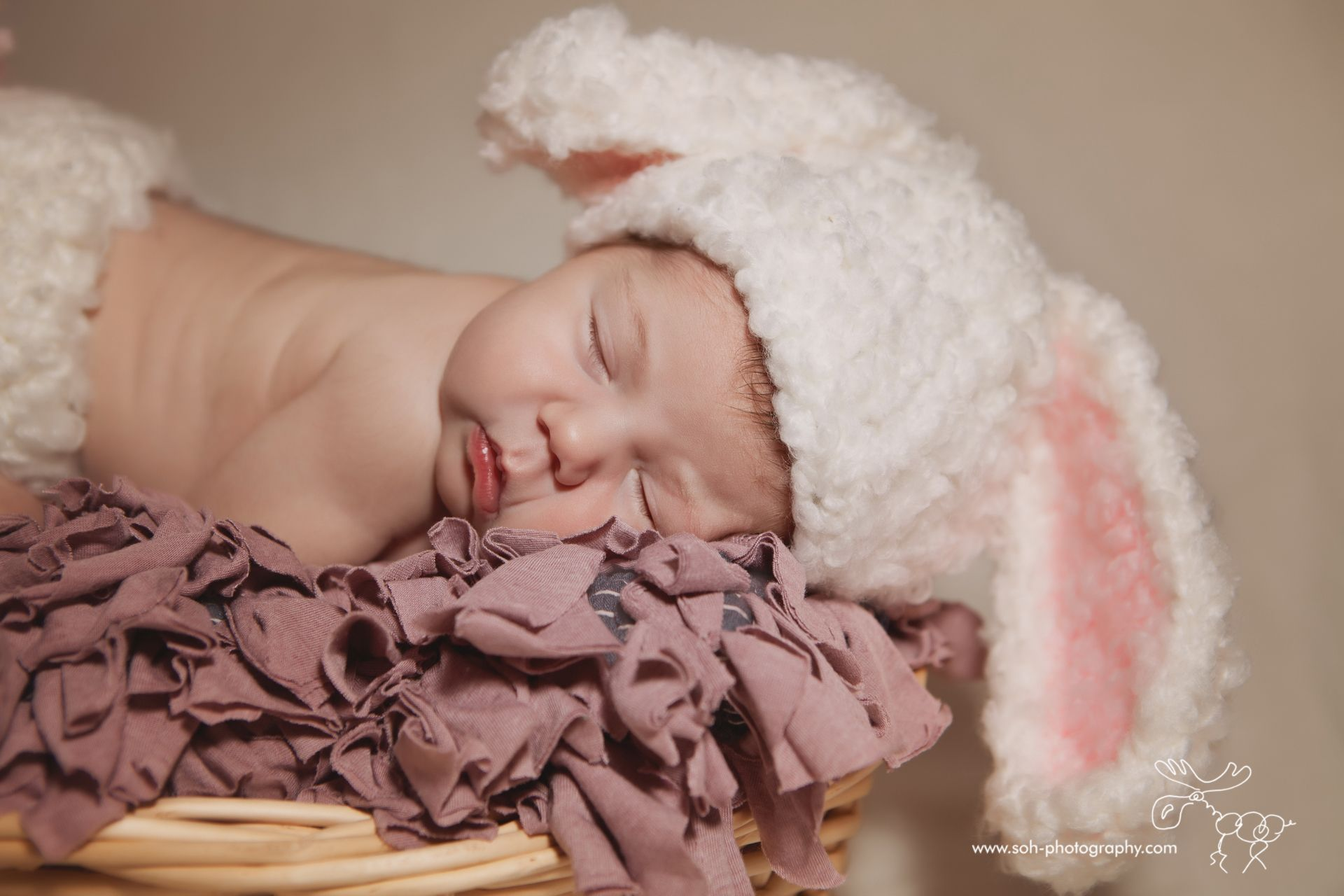 Newborn photoshoot in Bunny Costume, Vienna, Austria #newbornphotography #newbornprop # newbornbunny # newbornpvienna # newborncostume