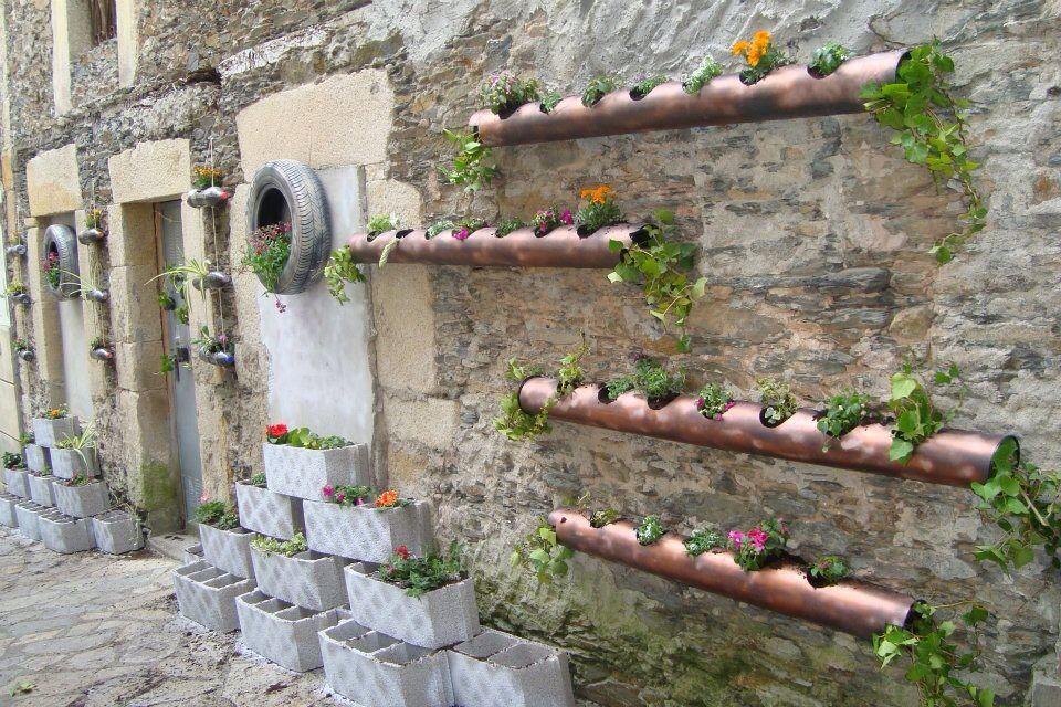 Macetas en tubos de cobre y ladrillo macetas for Como decorar una jardinera exterior
