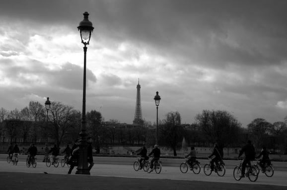Paseo en bicicleta con vista de la Torre Eiffel