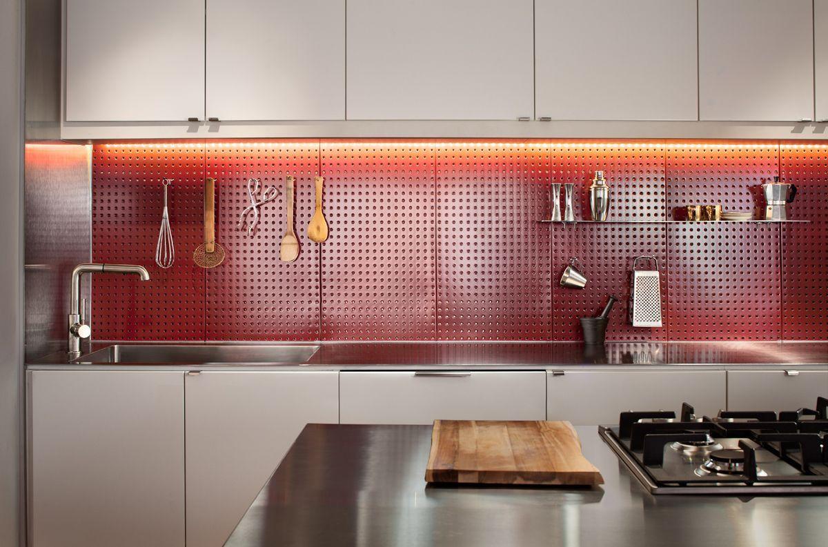 12 Pegboard Kitchen Backsplash Pics In 2020 Moderne Weisse Kuchen Kuchenschranke Und Regale Ruckwand Verkleiden