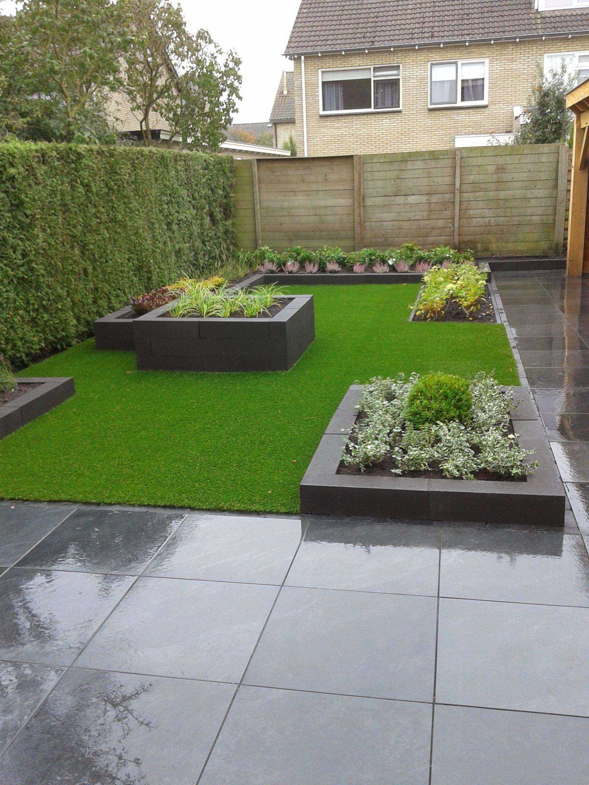 Smalle achtertuin met groen en kunstgras. Eigen ontwerp en ...