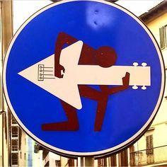 street art by Clet in France http://restreet.altervista.org/clet-lartista-dei-cartelli-stradali/