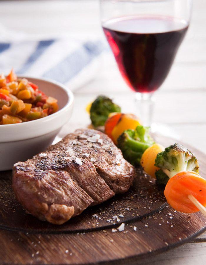 Apetit-reseptit - Grillilihaa tai makkaraa ja kasvisvartaita grilliin. #vieraillejajuhlaan #kasviksiagrilliin