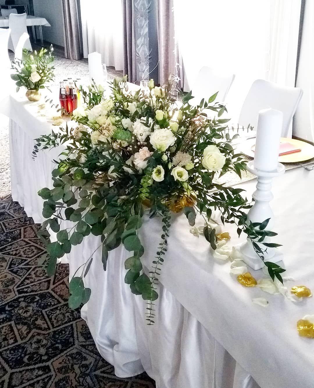 Kompozycja Na Stol Panstwa Mlodych W Pieknym Hotellenart Atelierfloralkrakow Florystykakrakow Kwiatynawese Wedding Decorations Decor Table Decorations
