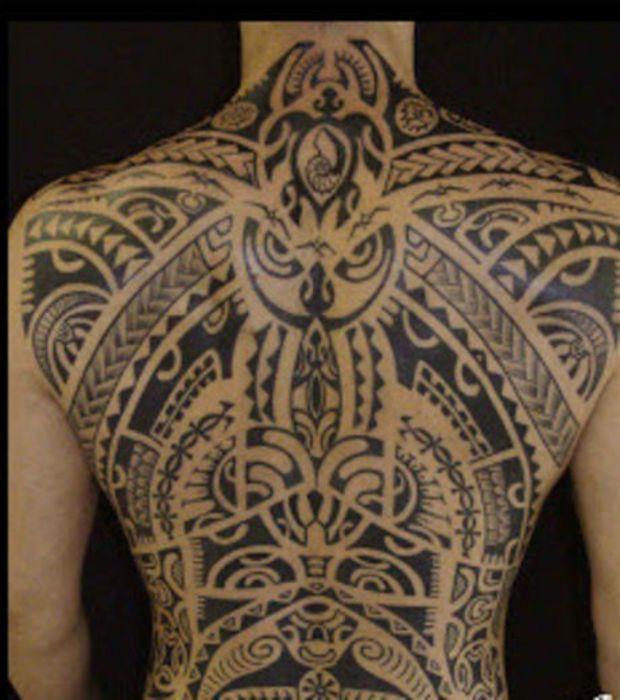 tatouage maori recouvrant entièrement le dos d'un homme plus