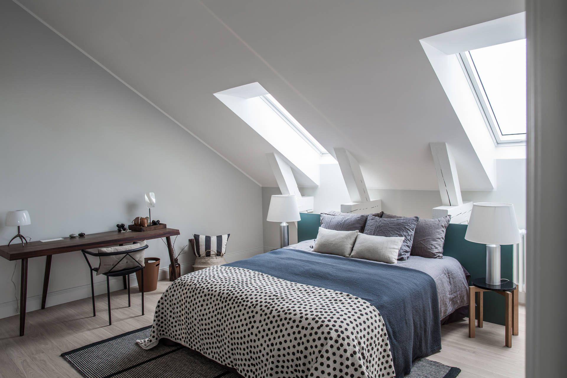 Bedroom interior roof una camera da letto sobria e luminosa  dormire in mansarda