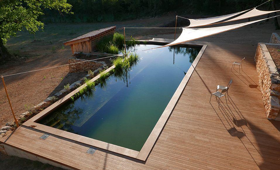 Réalisation d\u0027une plage en bois d\u0027hévéa autour d\u0027une piscine