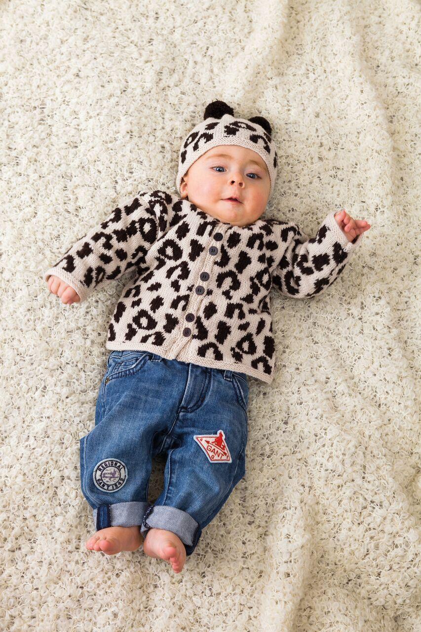 Disse søte og morsomme babyplaggene med dyremønster bringer ikke bare frem smilet, de er også gode og varme. Og selvsagt følger det med oppskrift på matchende luer!