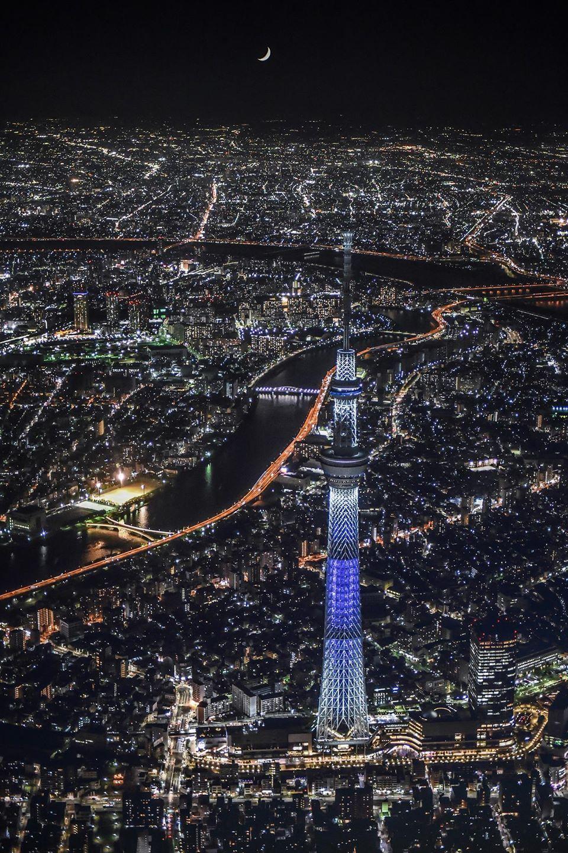 スカイツリー空撮夜景 三日月を添えて 東京スカイツリー3周年特別ライトアップ 15 5 22 Pm 15 東京都墨田区上空 ドローンを使用しての空撮ではないのでご安心下さい Tokyo Skytree Tokyo Tourist Tokyo