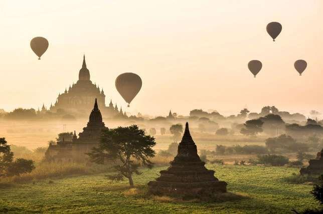 Nicht ganz günstig, dafür aber umso spektakulärer:Heissluftballonfahrt über dem Pagodenfeld von Bagan.