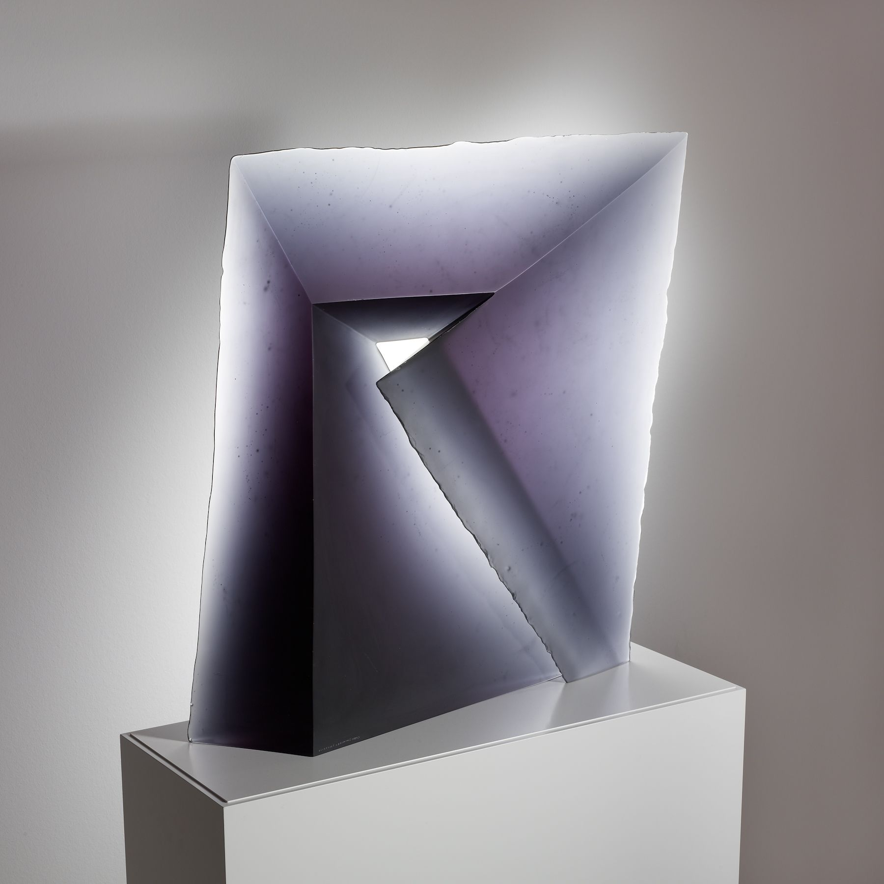 """Diagonale""; Entwurf Stanislav Libenský, Ausführung Jaroslava Brychtová, Zelezný Brod, Tschechoslowakei, 1989; Blauviolettes Glas, formgeschmolzen, geschliffen; 75 x 70 cm"