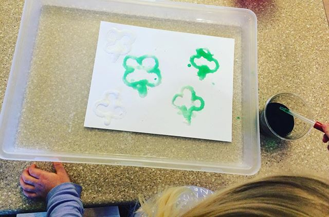 Four leaf clover fine motor activity: Put glue down in the shape of a clover.  Have your little sprinkle salt over the glue. Mix water and food coloring in a little cup. Have your little squeeze the pipette and put the mixture on the glue! ☘ #stpatricksday #learnthroughplay #fourleafclover