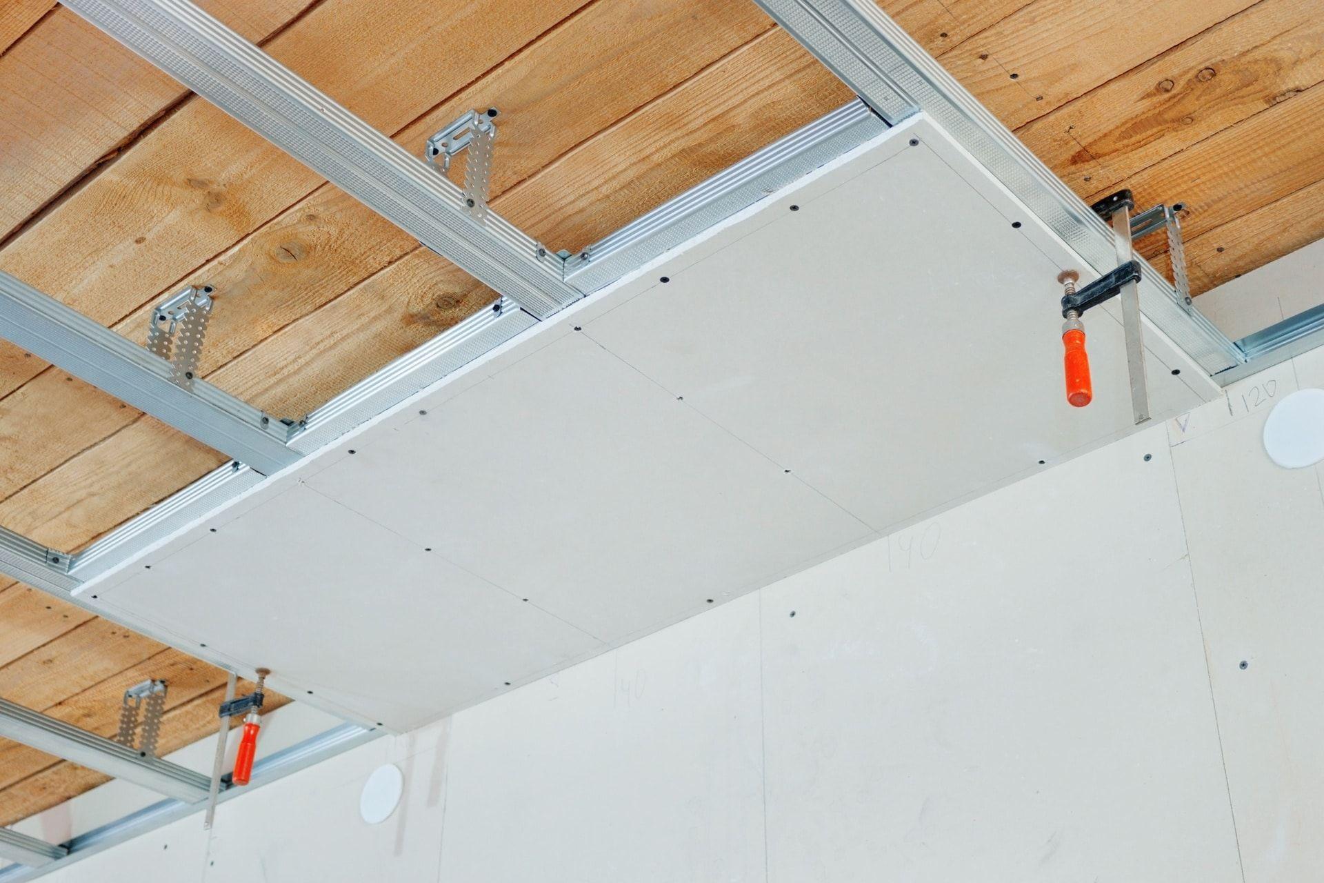 Comment Faire Un Faux Plafond Les Etapes Pour Reussir La Pose Du Ba13 Au Plafond Sans L Aide D Un Professionnel Les D Isolation Plafond Faux Plafond Plafond