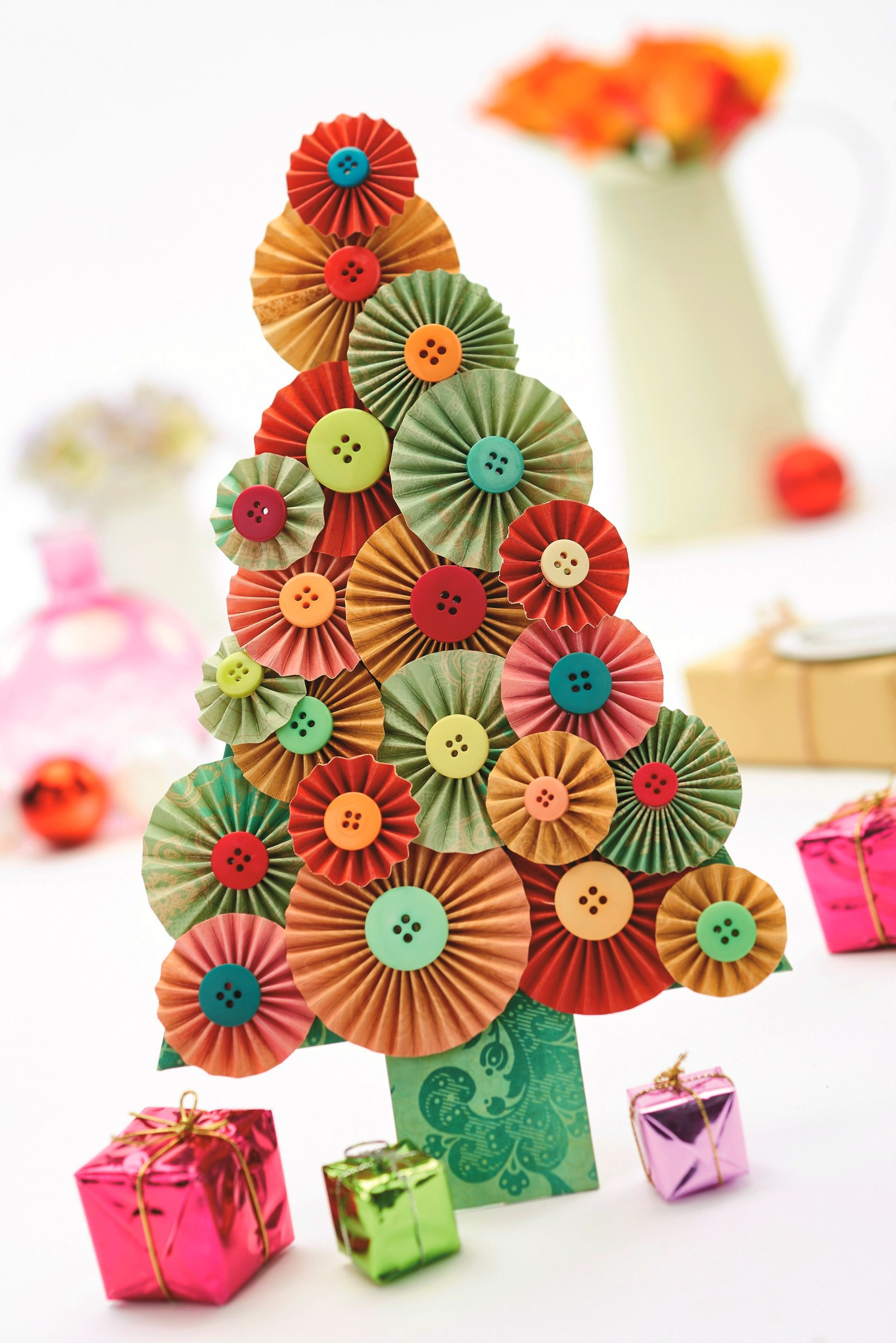 Make a Christmas tree out of paper! - PaperCrafter issue 88 (Photography: cliqq.co.uk)