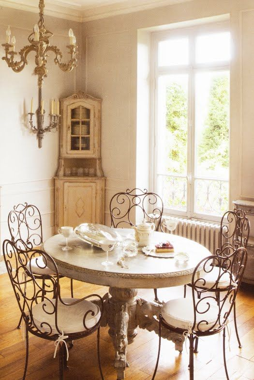 Yes Love This Table I D Love A Round Pedestal Table In My Dining Room Kitchen Area With Antique Chairs Like This With Marble Top Or Ideias De Decoracao Cadeiras De Ferro Forjado