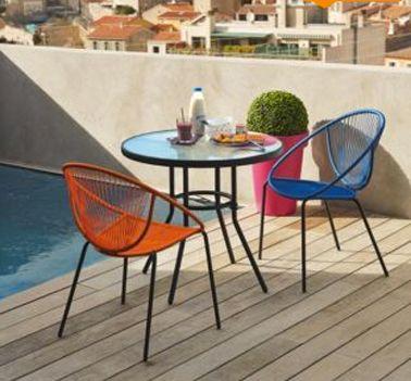 chaise de jardin tressee couleur orange et bleu style retro pour