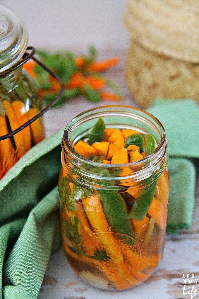 Ligesom mexicanske gulerødder?  Denne krydret gulerod køleskab pickles opskrift er let at lave, og vil tilfredsstille din hot krydret pickles trang!