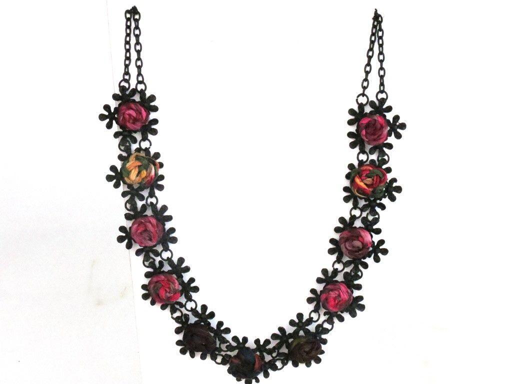 Colar maravilhoso!!!! Diferente de tudooooo!!!! <br>Em metal negro, suas flores foram customizadas com cordões de seda pura, pintada a mão. <br>Peça exclusiva! <br>Com certeza fará a diferença em qualquer look!