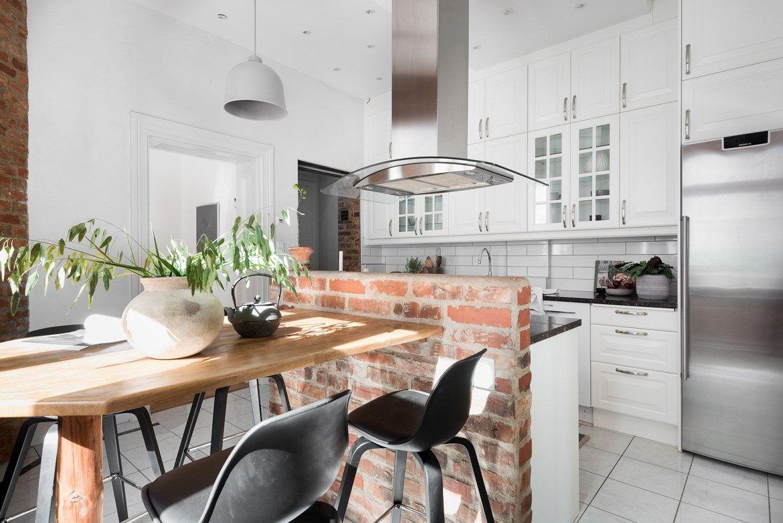 Personligt kök som är inrett med gedigen ek på bänkskivor och skåp ...